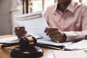 Criminal Defense Attorney vs Personal Injury Lawyer