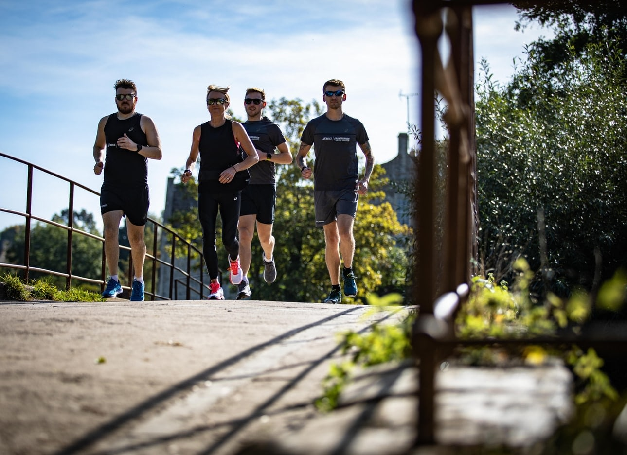 group of people running together as a gym alternative