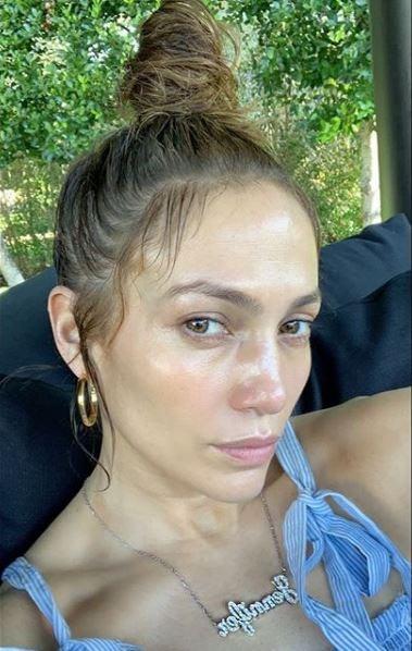 Celebrity Jennifer Lopez taking a selfie without any makeup